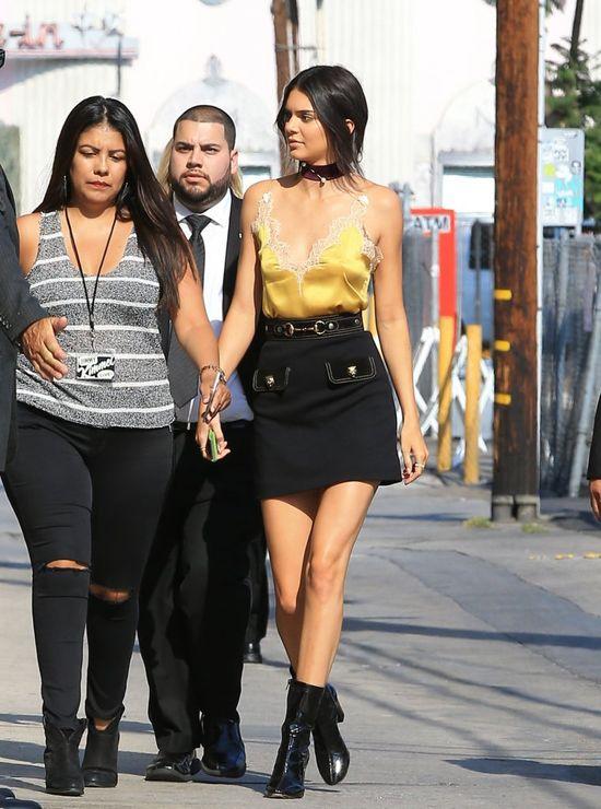 Kendall Jenner wyszła z domu w halce...? (FOTO)