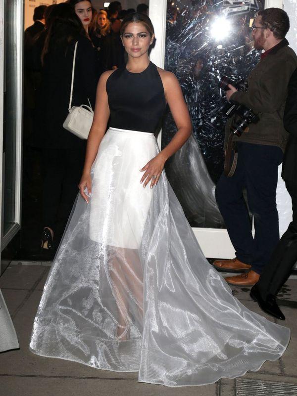 Camila Alves w oryginalnej kreacji na gali amfAR (FOTO)