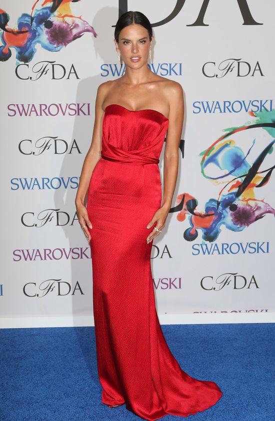 Alessandra Ambrosio w czerwonej sukni Nonoo (FOTO)
