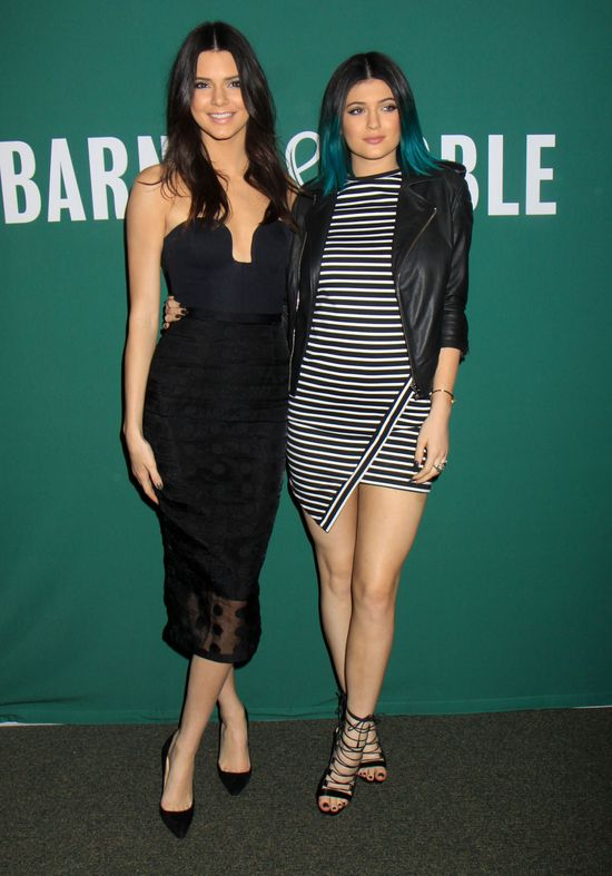 Siostry Jenner tym razem postawiły na czerń (FOTO)