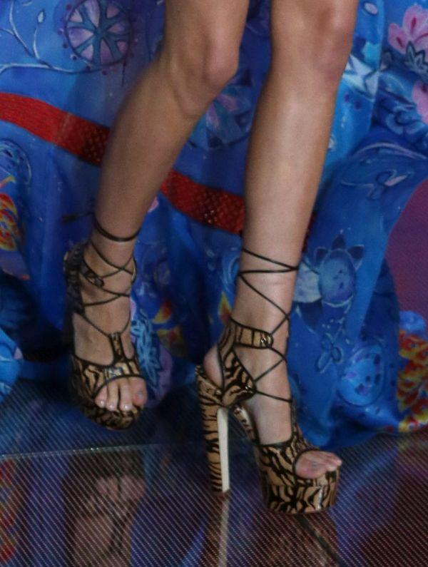 Kendall Jenner w za małych butach na pokazie VS (FOTO)