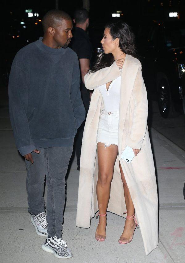 Czy Kim Kardashian chodzi na opalanie natryskowe w spanxach?!