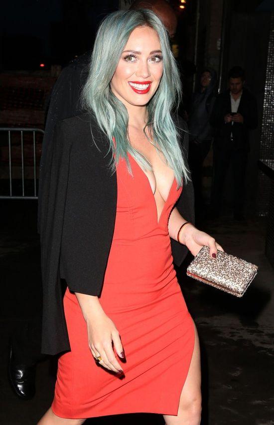 Niebieskie włosy i głęboki dekolt - Hilary Duff zaskakuje