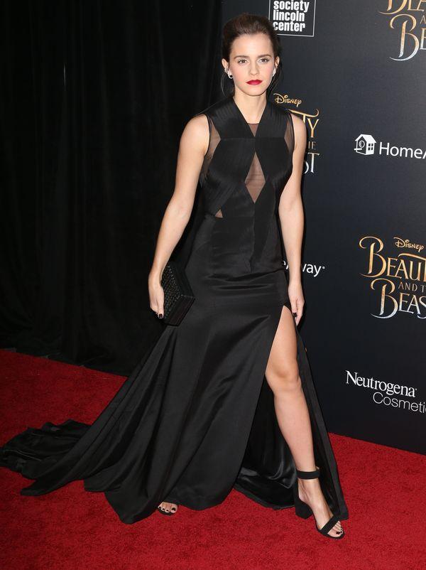 Emma Watson zachwyca w czarnej sukni i... odsłania piersi! (FOTO)