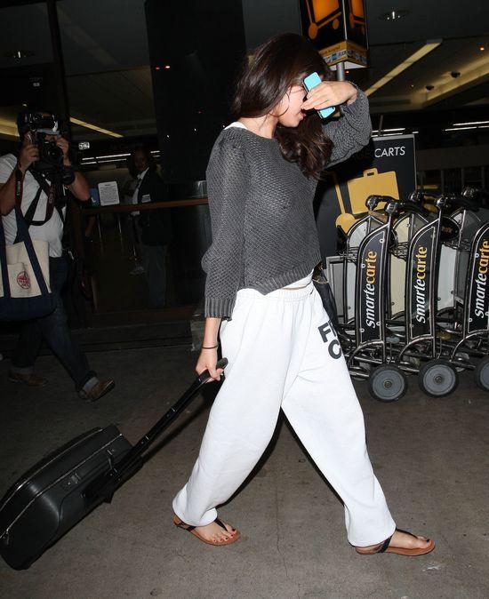 Selena Gomez w dresie i luźnym sweterku (FOTO)