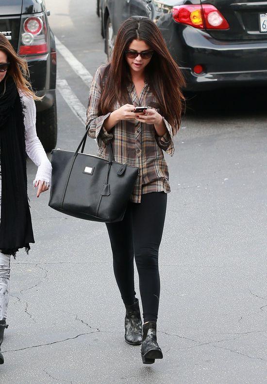 Selena Gomez w koszuli w kratę (FOTO)
