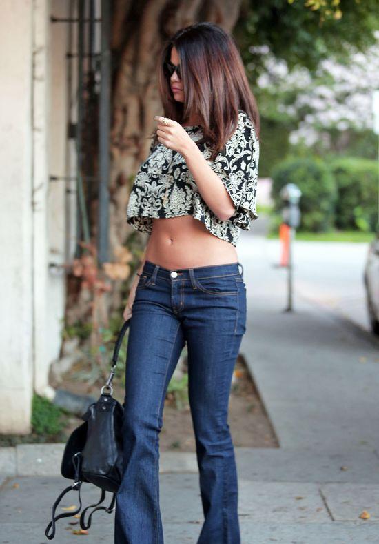 Selena Gomez lubi pokazywać brzuch (FOTO)