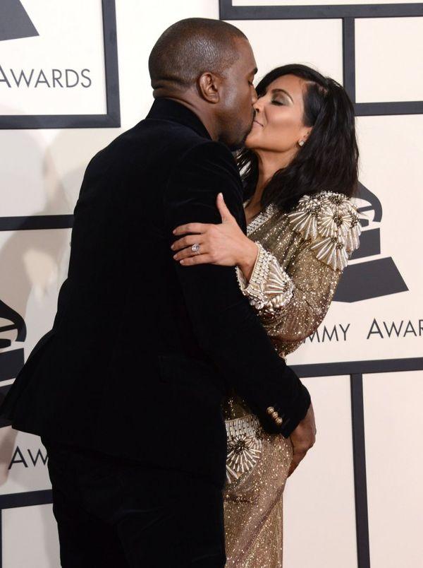 Suknia, którą Kim Kardashian wybrała na Grammy ważyła 50 kg!