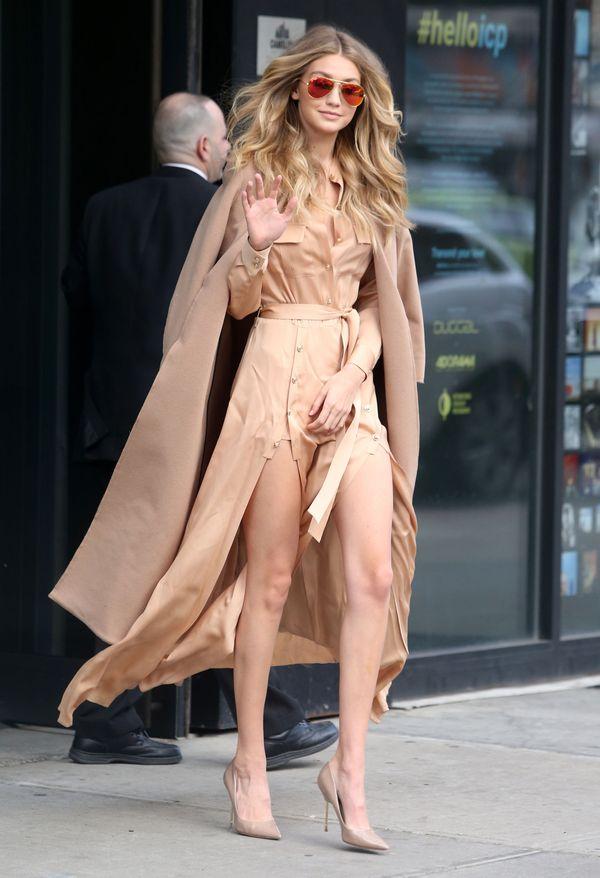 Gigi Hadid musiała kontrolować niesforną beżową sukienkę