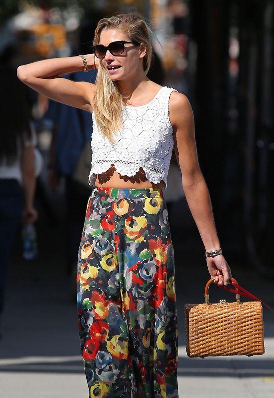 Jessica Hart w koronkowym topie i szerokich spodniach (FOTO)