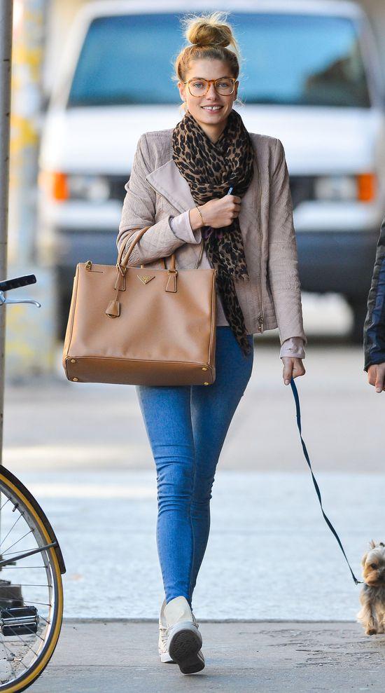 Jessica Hart w spodniach z Topshopu