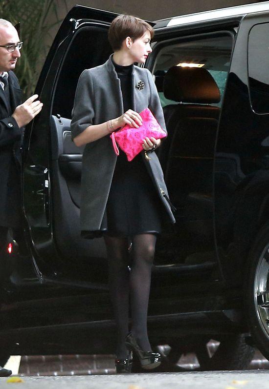 Anne Hathaway stawia na dodatki (FOTO)