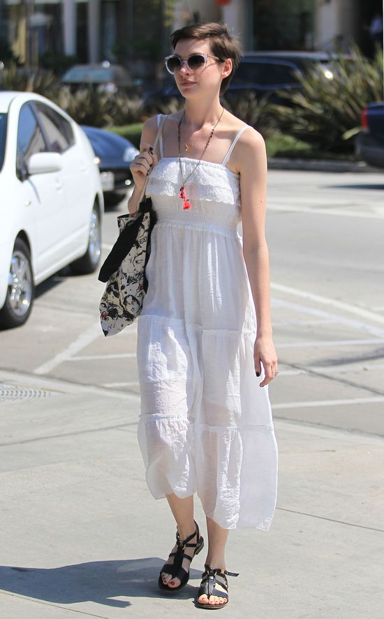 Anna Hathaway w białej sukience i kocich okularach (FOTO)