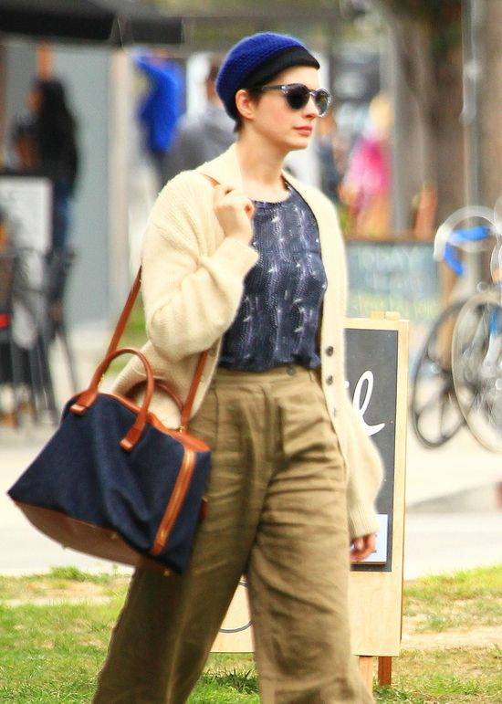 Anne Hathaway w lnianych spodniach i berecie (FOTO)