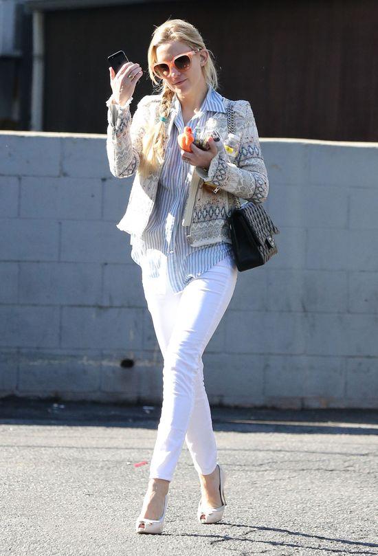 Kate Hudson w kurteczce IRO i pastelowych okularach (FOTO)