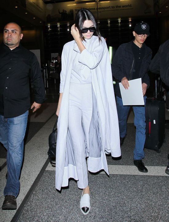 Popielaty total look Kendall Jenner (FOTO)