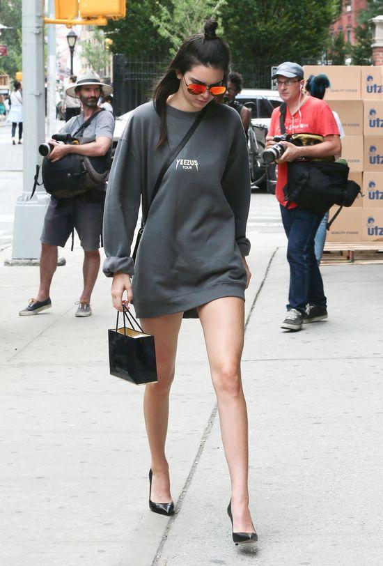 Kendall Jenner nosi szpilki do sportowej bluzy (FOTO)