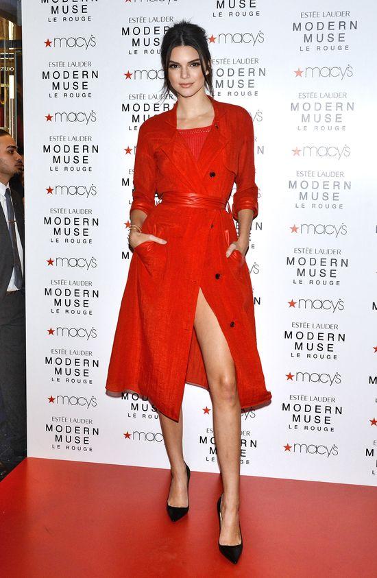 Kendall Jenner w wystawia bajecznie długą nogę (FOTO)