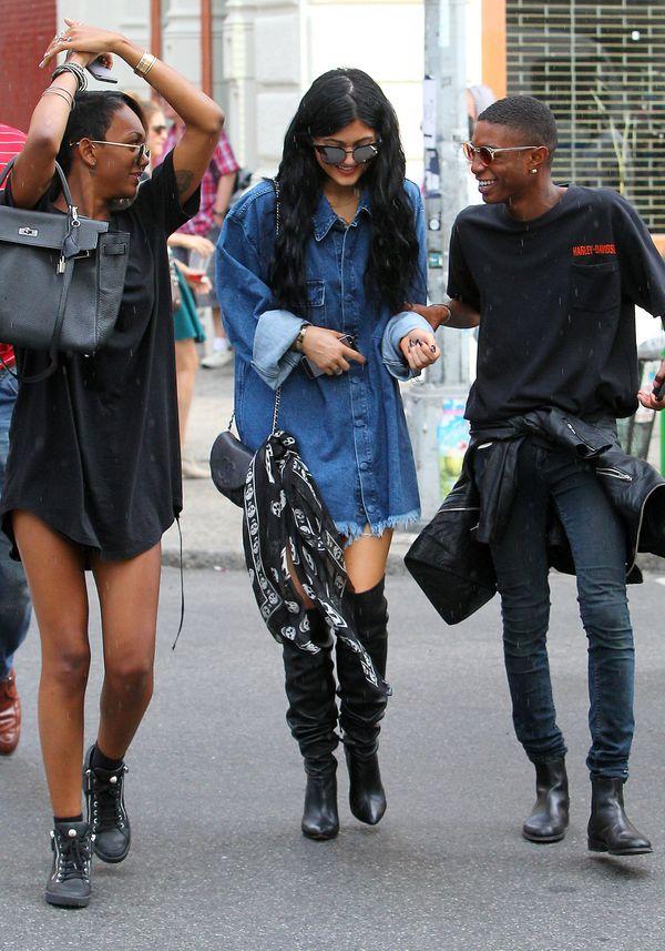 Kylie Jenner bardzo poszerzyła się jeansową sukienką! (FOTO)