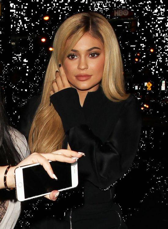Kylie Jenner w wersji blond i seksownej małej czarnej
