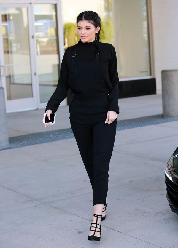 Kylie Jenner - czy czarne ogrodniczki to był dobry wybór?
