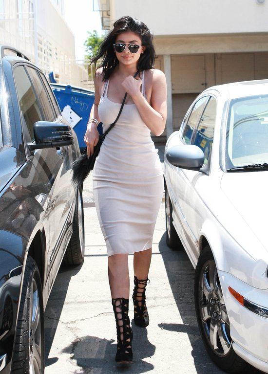 Letnie stylizacje sióstr Jenner (FOTO)