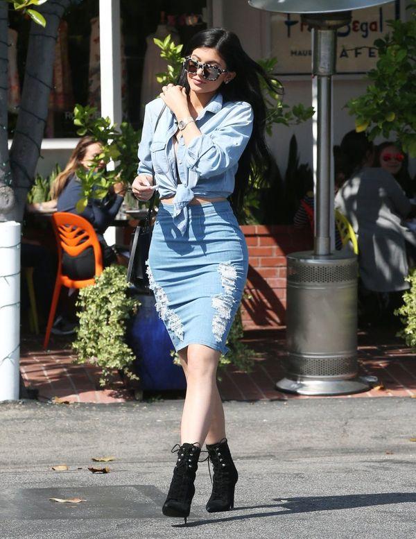 Kylie Jenner naśladuje siostry i... chodzi z wypiętą pupą!