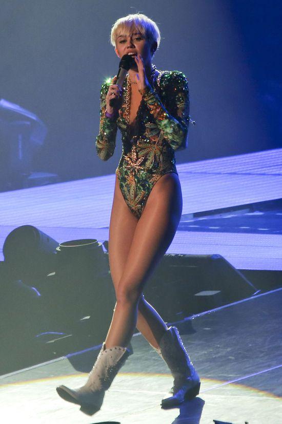 Sceniczne stylizacje Miley Cyrus (FOTO)