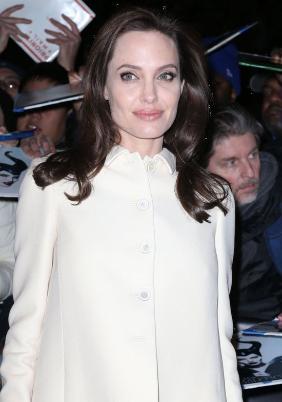 Nieskazitelna Angelina Jolie w rozkloszowanym płaszczu