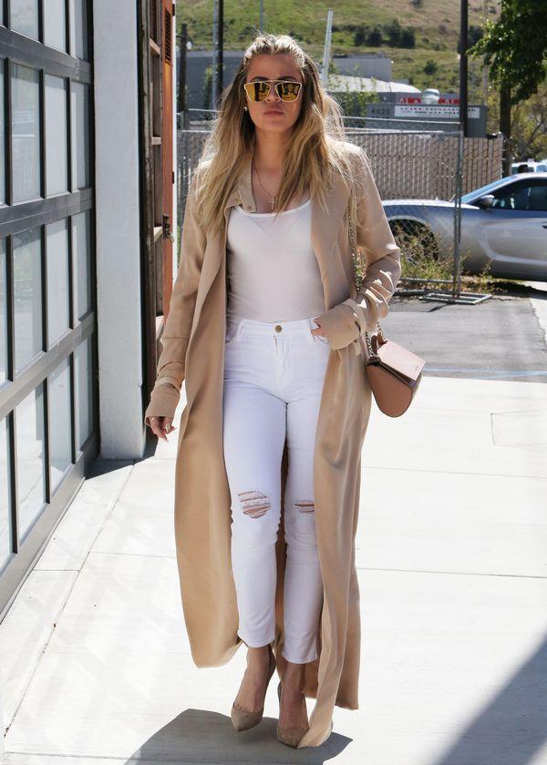 Khloe Kardashian potykała się o swój długi płaszcz? (FOTO)