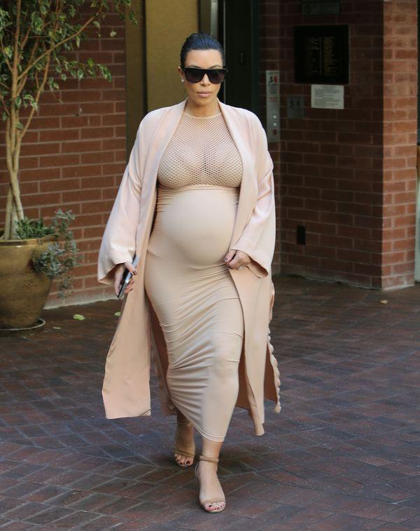 Kim Kardashian w ciąży chodzi po ulicy nago? (FOTO)