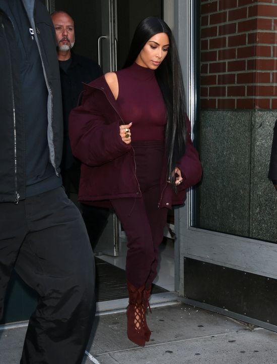 Kim Kardashian kończy ze skromnością! Wyszła z domu z sutkami na wierzchu
