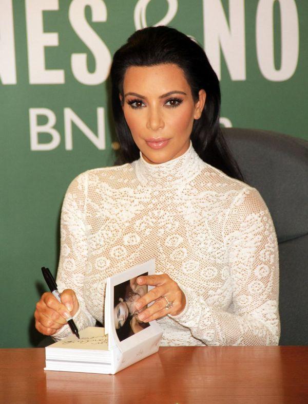 Kim Kardashian dusiła się w białym golfie? (FOTO)