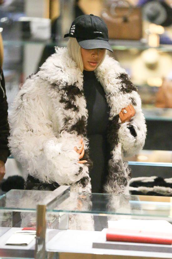 Kim Kardashian w futrze niczym wielka owca (FOTO)