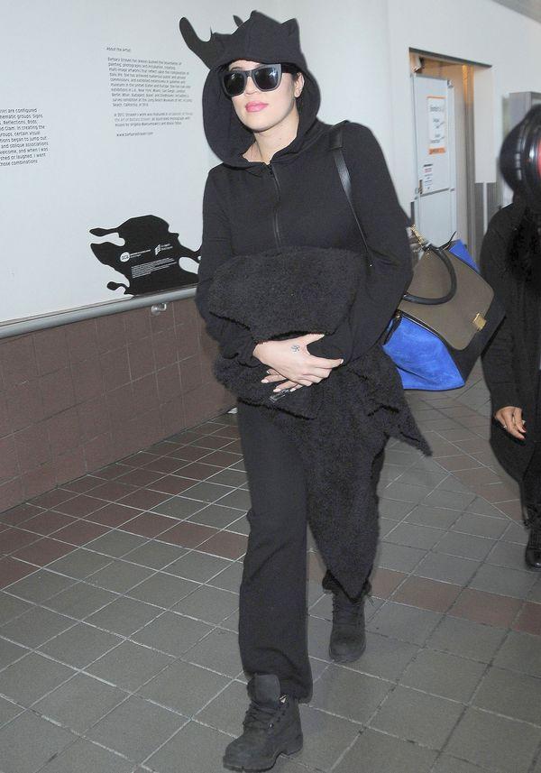 Khloe Kardashian w halloweenowym klimacie na lotnisku (FOTO)