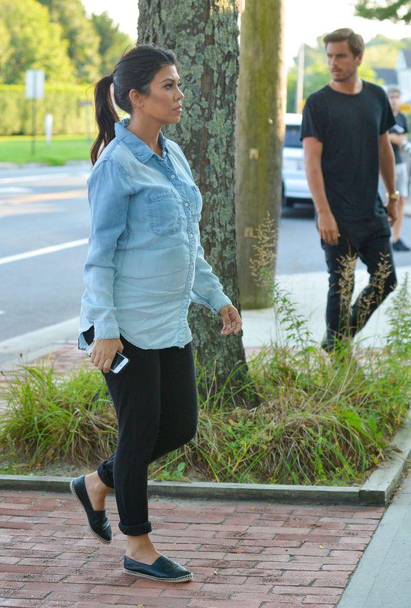 Ciężarna Kourtney Kardashian w jeansowej koszuli (FOTO)