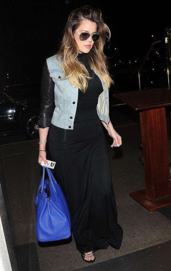 Khloe Kardashian w jeansowej kurtce ze skórzanymi rękawami