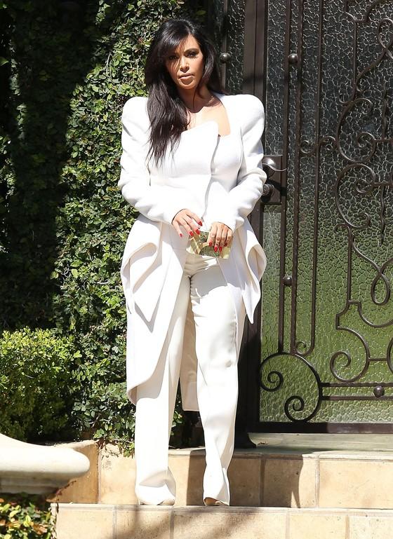 Kim Kardashian w asymetrycznym płaszczu