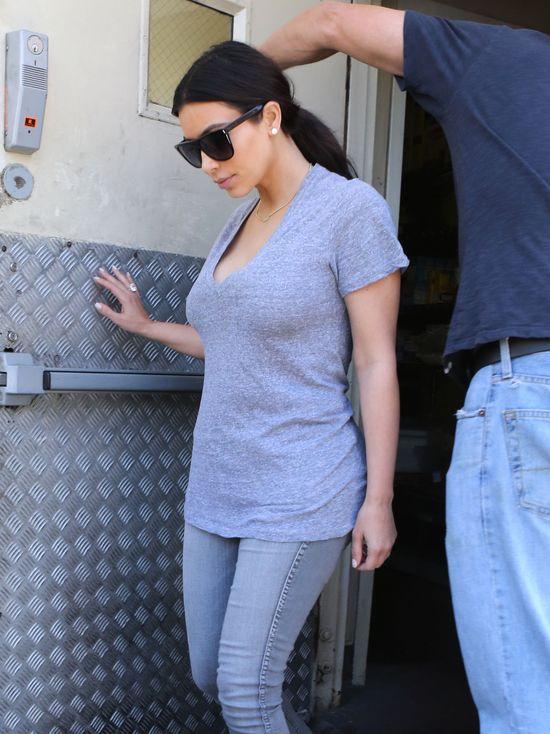Kim Kardashian podkreśla figurę w obcisłych jeansach