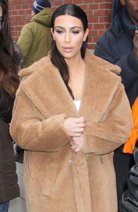 Kim Kardashian w wielkim futrze i ulizanych włosach (FOTO)