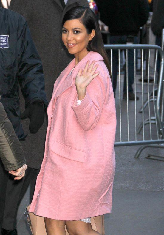 Kourtney Kardashian w różowym płaszczu (FOTO)