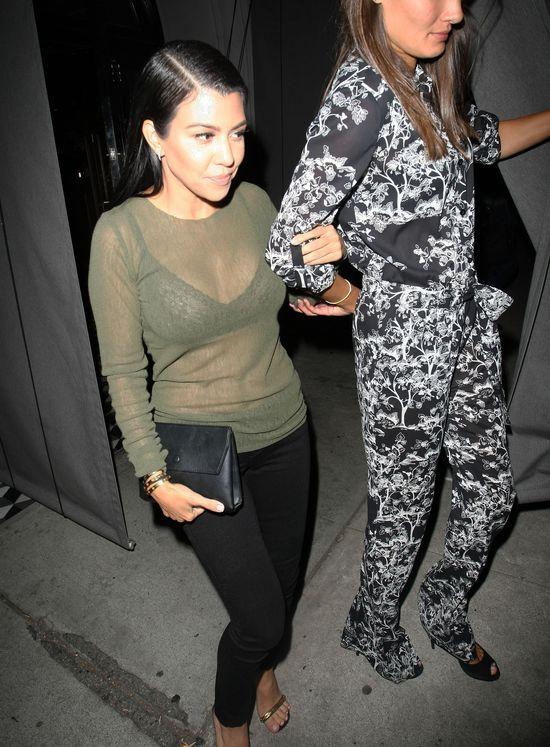 Kourtney Kardashian w prześwitującej bluzce a'la Kim (FOTO)