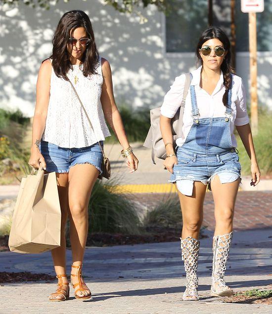 Ciężarna Kourtney Kardashian w jeansowych ogrodniczkach