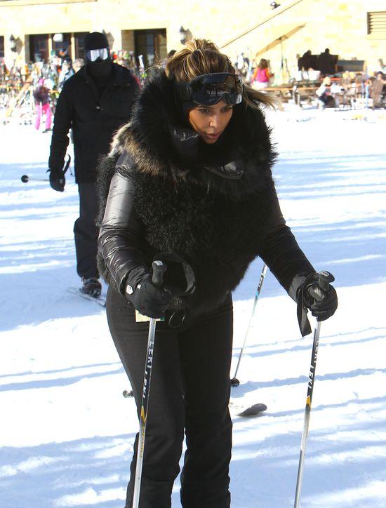 Kim Kardashian szosuje w futrzanej kamizelce (FOTO)