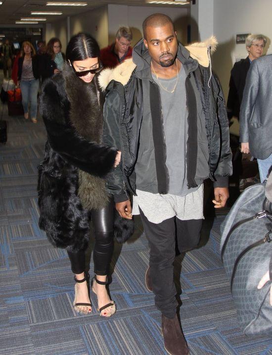 Kim Kardashian w futrze i sandałach (FOTO)