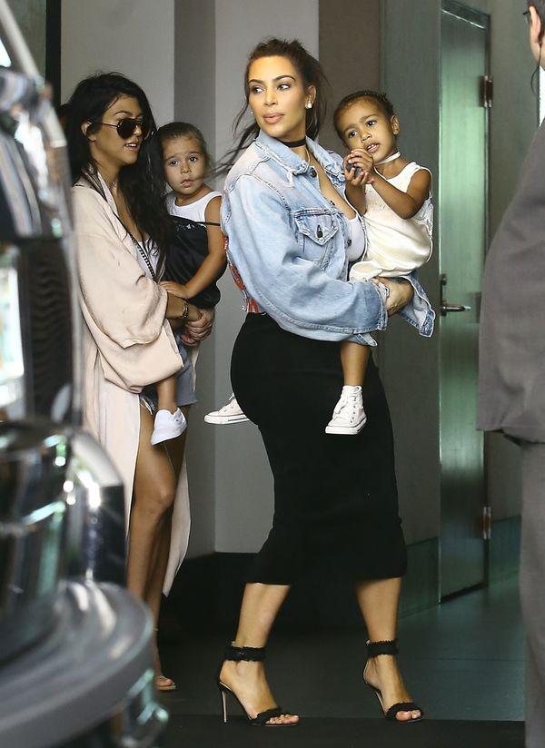 Po fali wpadek Kim i Kourtney Kardashian prezentują udane stylizacje
