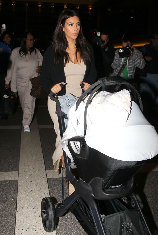 Klan Kardashianek przyłapany na lotnisku (FOTO)