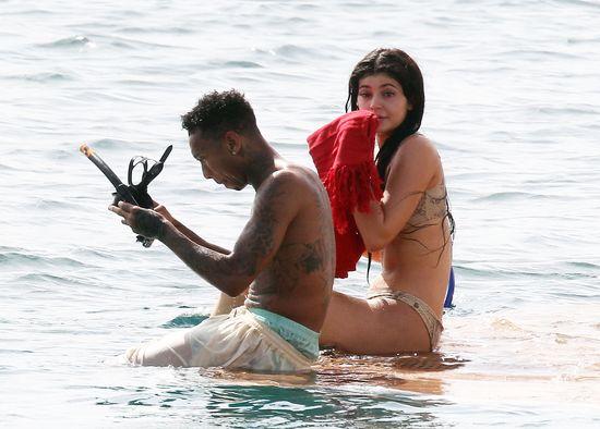Kardashianki bez retuszu w strojach kąpielowych (FOTO)