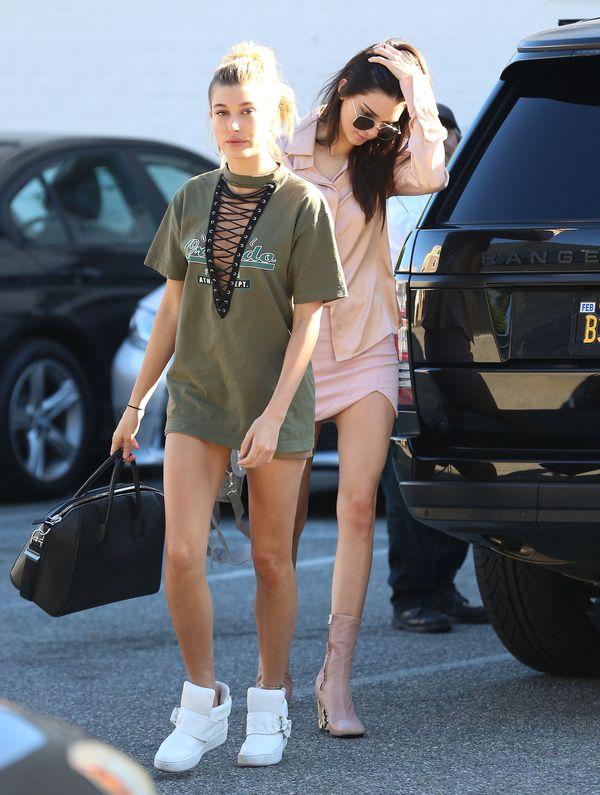 Kendall jak różowa landrynka, Hailey jako ostra laska (FOTO)