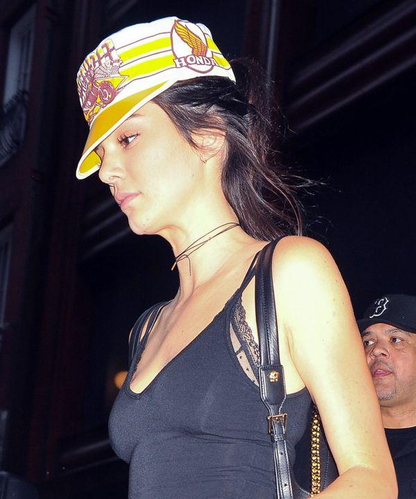 Kendall Jenner zakrywa się przed paparazzi kolorową czapką